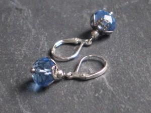 Eisblaue Facettenperlen Ohrringe