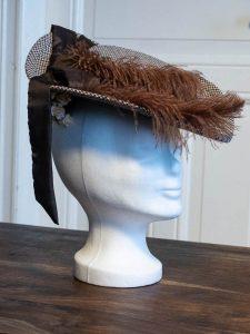 Eleganter Hut mit Federn